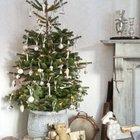 Елка в высоком горшке и серебристыми украшениями. Деревянные игрушечные лошади у елки намекают на праздник детства. (маленькая елка, новый год,рождество,елка,подарки,декор,елочные игрушки,хвоя,гирлянды,конфети,сделай сам,самоделки)