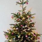 Маленькая елка смело украшенная разноцветными шарами и елочными игрушками.