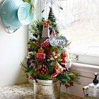Маленькая елка украшающая кухню декорирована крохотными кухонными принадлежностями. (маленькая елка, новый год,рождество,елка,подарки,декор,елочные игрушки,хвоя,гирлянды,конфети,сделай сам,самоделки)