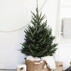 Маленькая елочка в корзинке с мехом. Подарочные коробки у елки выступают в роли украшения. (маленькая елка, новый год,рождество,елка,подарки,декор,елочные игрушки,хвоя,гирлянды,конфети,сделай сам,самоделки,минимализм)