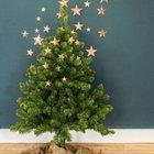Немного золотистых звезд на елке и на стене украшают дерево, как и олени под ним.