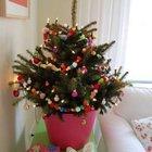 Ярко украшенная елочка в не менее ярком горшке. (маленькая елка, новый год,рождество,елка,подарки,декор,елочные игрушки,хвоя,гирлянды,конфети,сделай сам,самоделки)