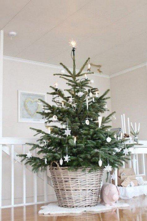 Еще одна елка в корзинке украшенная белыми снежинками и сосульками.