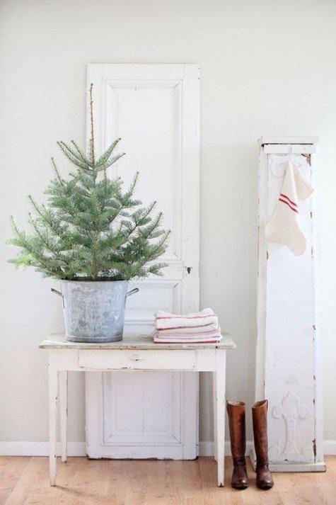 Маленькая настольная елка без декора в цинковом ведре.