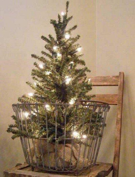 Необычная елка в винтажной корзине для яиц, украшена только светящейся гирляндой.