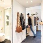 Небольшие прихожая и ванна в центре квартиры. Можно заметить что потолок в этом месте несколько ниже. Над ним на антресоли находится кладовка. (индустриальный,лофт,винтаж,стиль лофт,индустриальный стиль,квартиры,апартаменты,мебель,интерьер,дизайн интерьера,современный,ванна,санузел,душ,туалет,дизайн ванной,интерьер ванной,сантехника,кафель,керамика,фото ванной,идеи ванной,вход,прихожая,маленькая прихожая,идеи прихожей,оформление прихожей,мебель для прихожей,вешадка для прихожей)