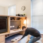 При необходимости можно выдвинуть гостевую кровать спрятанную под подиумом. (индустриальный,лофт,винтаж,стиль лофт,индустриальный стиль,квартиры,апартаменты,мебель,интерьер,дизайн интерьера,современный,спальня,дизайн спальни,интерьер спальни,фото спальни,мебель для спальни,кровать,гостиная,дизайн гостиной,интерьер гостиной,мебель для гостиной,фото гостиной,идеи гостиной,домашний офис,офис,мастерская,фото домашнего офиса,мебель для омашнего офиса,идеи домашнего офиса,компьютерный стол)
