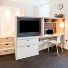 В маленькой квартире нужно использовать каждый сантиметр. Так в подиуме предусмотрены выдвижные ящики для постельного белья. Ящики есть даже в ступеньках подиума.