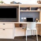 В стеллаже отделяющем гостиную от спальни разместили телевизор и домашний офис.