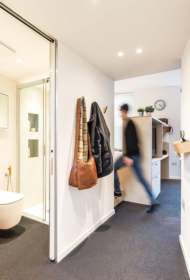 Небольшие прихожая и ванна в центре квартиры. Можно заметить что потолок в этом месте несколько ниже. Над ним на антресоли находится кладовка.