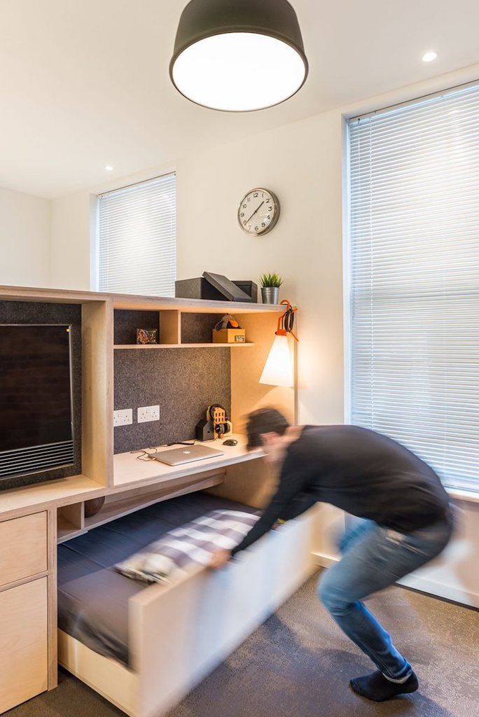 При необходимости можно выдвинуть гостевую кровать спрятанную под подиумом