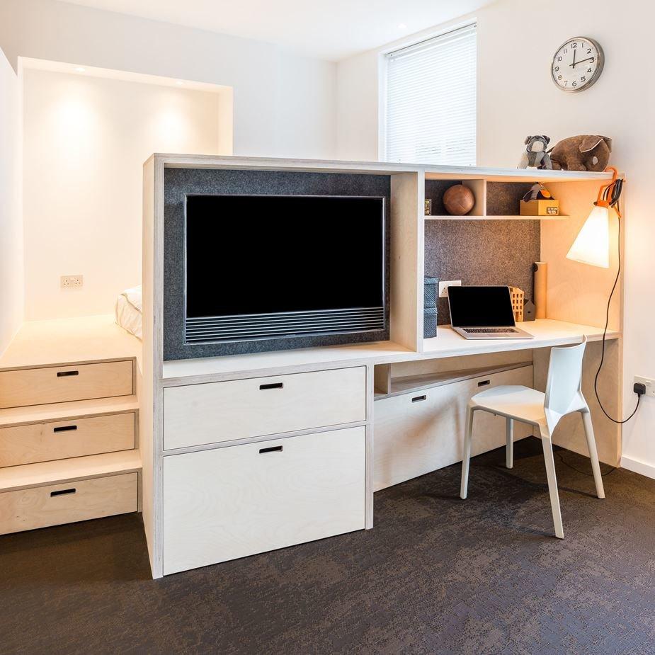 В маленькой квартире нужно использовать каждый сантиметр. Так в подиуме предусмотрены выдвижные ящики для постельного белья. Ящики есть даже в ступеньках подиума