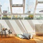 Студия оранжерея очень светлая с остекленной крышей с тремя открывающимися окнами. (современный,квартиры,апартаменты,интерьер,дизайн интерьера,мебель,мансарда,мансардная квартира,квартира в мансарде)