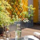 Вдоль стен террасы расположены ящики для цветов и зеленых растений. (современный,квартиры,апартаменты,интерьер,дизайн интерьера,мебель,мансарда,мансардная квартира,квартира в мансарде)