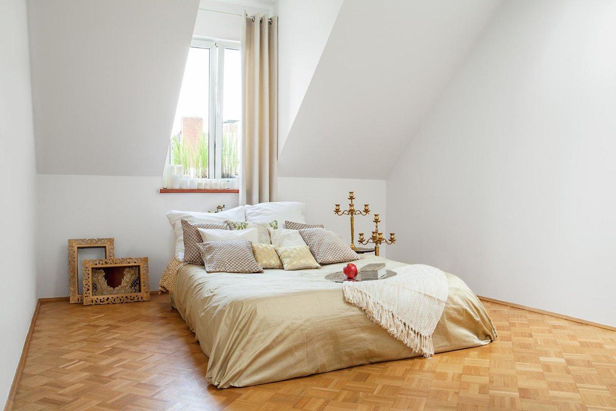 Главная спальня в квартире под окном