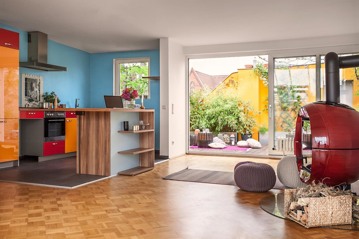 Кухня выделена голубым цветом стен и ламинатом на полу. От гостиной кухня отделена кухонным островом.
