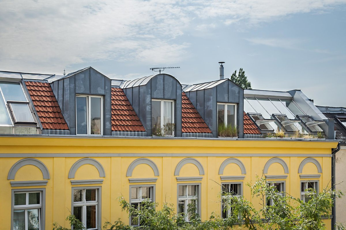 На крыше дома видна стеклянная крыша студии-оранжереи и люкарны спален.