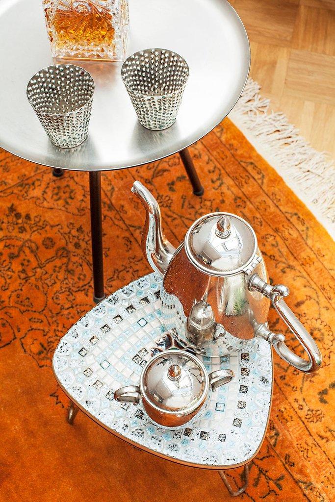 По всему дому встречаются разнообразные элементы декора в марокканском стиле, который неплохо вписывается в современный интерьер мансардной квартиры.