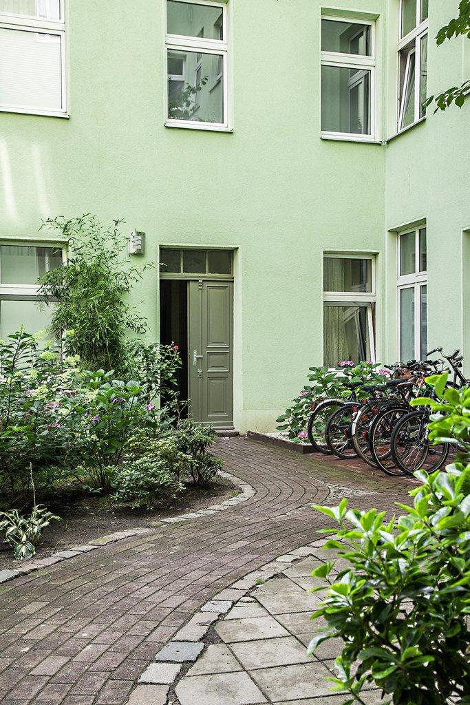 Вход в подъезд дома и двор.