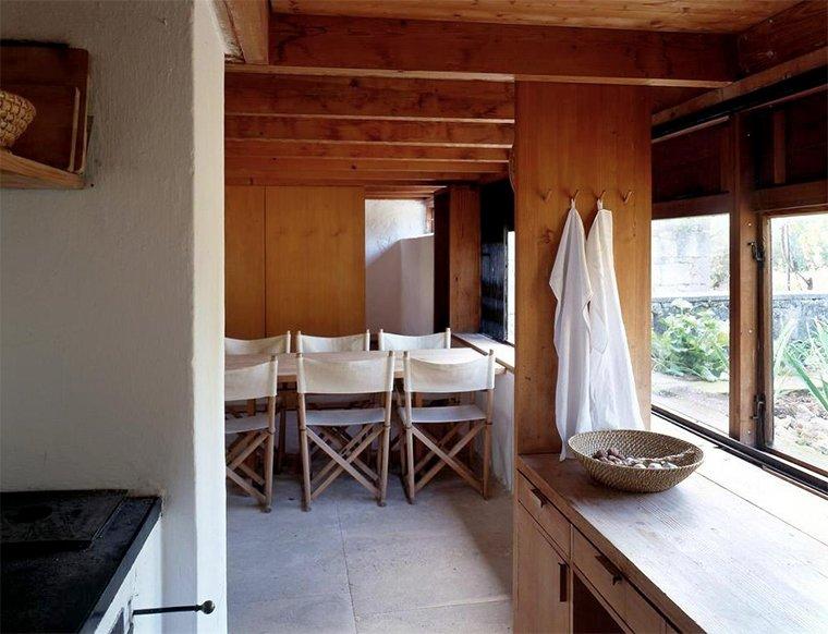 Вид из кухни. Виден обеденный стол и спальня в дальней части дома за сдвижной деревянной дверью