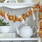 Сушеные апельсины - весьма популярный способ украсить дом к Рождеству. Разнообразные оттенки от желтого и оранжевого до коричневого и неповторимый аромат делают апельсин незаменимым новогодним украшением. (новый год,рождество,елка,подарки,декор,елочные игрушки,хвоя,гирлянды,конфети,сделай сам,самоделки)