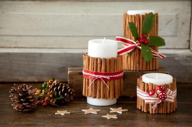 Ароматные свечи с палочками корицы выглядят очень празднично, да и пахнут тоже.