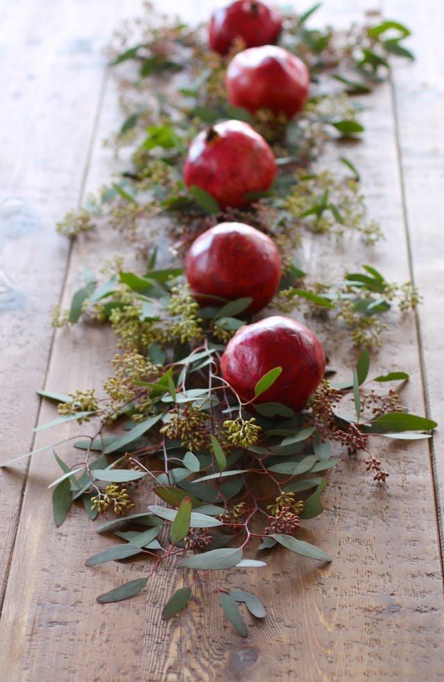 Не стоит недооценивать гранат. Его малиновый цвет и специфичная форма в сочетании с зеленью украсит любой рождественский стол.