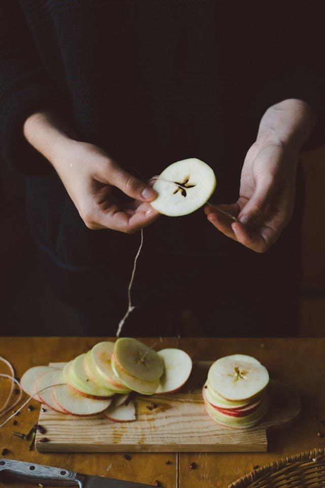 Немного фантазии и обычное яблоко нарезанное перпендикулярно ядру и нанизанное на нить превращается в праздничную гирлянду с кругами и звездочками.
