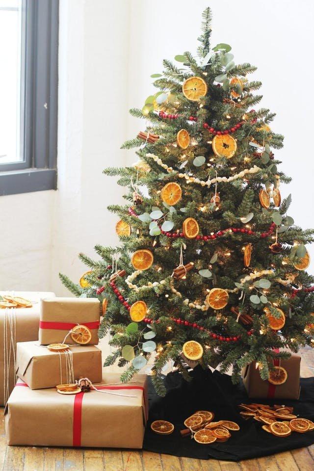 Попкорн напоминающий снег, красная клюква, высушенные ломтики апельсина и лимона, палочки корицы могут составить полноценную праздничную палитру на елке и наполнить дом незабываемыми ароматами