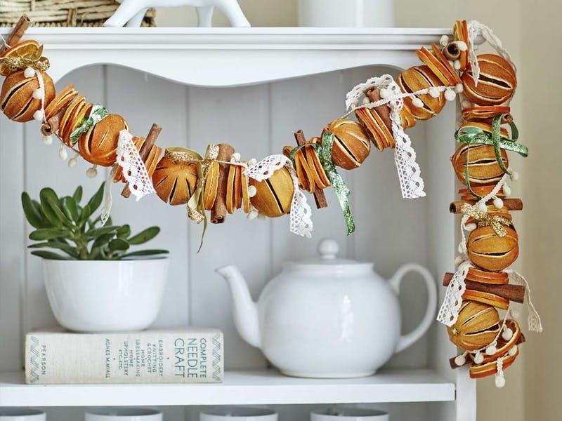 Сушеные апельсины - весьма популярный способ украсить дом к Рождеству. Разнообразные оттенки от желтого и оранжевого до коричневого и неповторимый аромат делают апельсин незаменимым новогодним украшением.