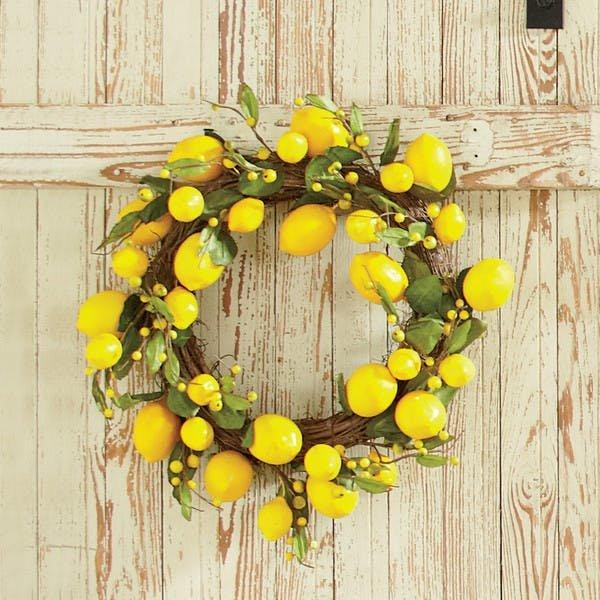 Венок из лимонов сделать сложнее чем кажется. Сложно найти маленькие лимончики, но и из больших можно сделать венок начав с виноградной лозы как основы сформировав нужную форму.