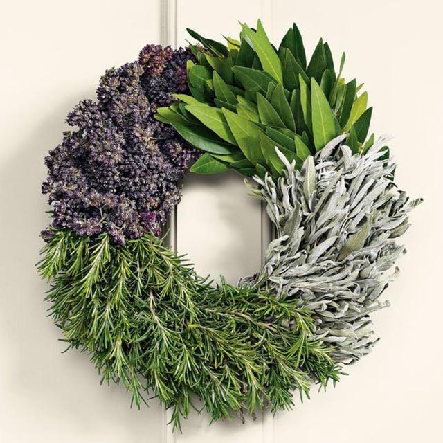 Венок из зелени и специй выглядит празднично и отлично пахнет. Вы сами можете выбрать ароматы, конечно из того что найдете.