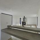 Бетонная столешница органично вливается в общий замысел интерьера. (гостинная,кухня,жилая комната,столовая,архитектура,дизайн,интерьер,экстерьер,1950-70е,современный)