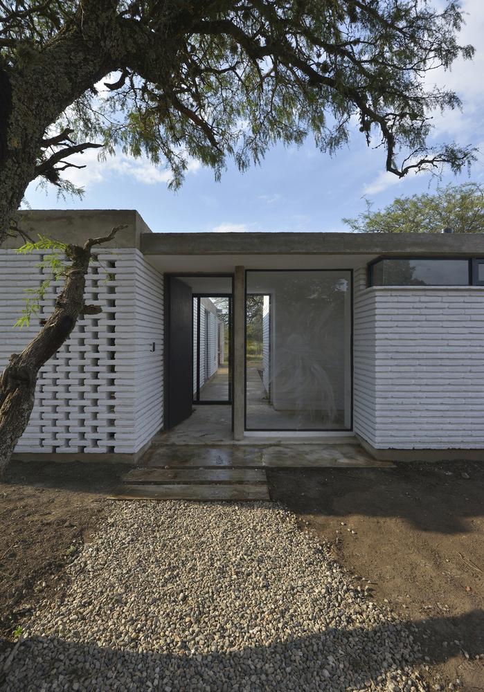 Вход в дом находится в центре дома разделяя его на жилую часть и часть спален