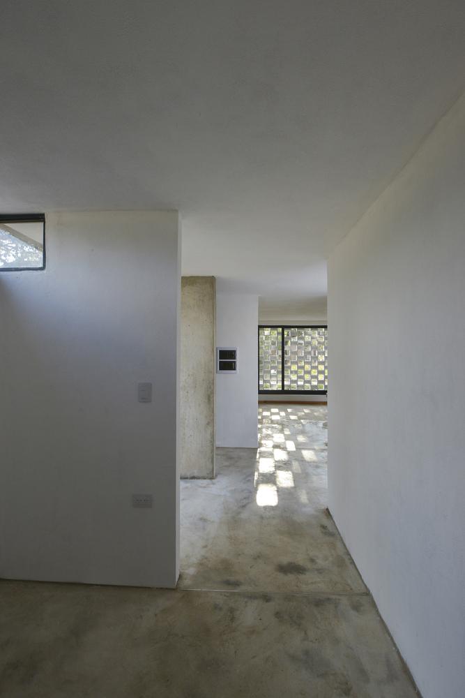 Естественным освещением освещаются все помеения включая коридор
