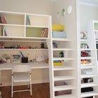 В детских для нескольких детей часто встречается мебель в два уровня. В данной детской дизайнеры использовали мебель с кроватями на втором уровне и рабочими местами на нижнем уровне. (квартиры,апартаменты,мебель,интерьер,дизайн интерьера,архитектура,дизайн,экстерьер,современный,детская,игровая,детская комната,детская спальня,дизайн детской,интерьер детской,мебель для детской,фото детской,идеи детской,детская для девочки,детская для мальчика,спальня подростка)