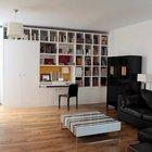 В гостиной шкаф и полки занимают целую стену от пола до потолка. В этой же мебельной стенке предусмотрено рабочее место домашнего офиса. (квартиры,апартаменты,мебель,интерьер,дизайн интерьера,архитектура,дизайн,экстерьер,современный,гостиная,дизайн гостиной,интерьер гостиной,мебель для гостиной,фото гостиной,идеи гостиной)