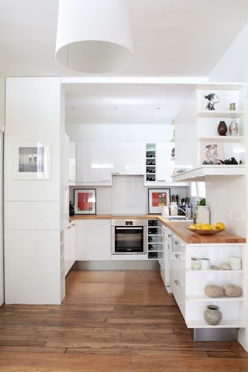 Кухня является продолжением жилой комнаты, именно поэтому ее украшают картины.