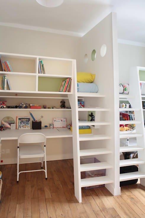 В детских для нескольких детей часто встречается мебель в два уровня. В данной детской дизайнеры использовали мебель с кроватями на втором уровне и рабочими местами на нижнем уровне