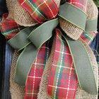 Бант на рождественском венке из красной клетчатой, зеленой тканей и мешковины.