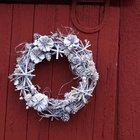 Белый рождественский венок из виноградной лозы и шишек.