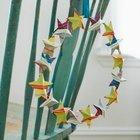 Этот рождественский венок можно использовать только внутри дома. Он сделан из звездочек вырезанных из цветной бумаги.
