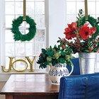 Хвойные рождественские венки висящие на золотистых лентах украшают окна.