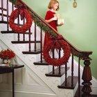 Красные праздничные венки как часть декора лестницы.