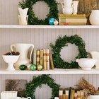 Небольшие зеленые венки прекрасно украсят книжные полки. (новый год,рождество,елка,подарки,декор,елочные игрушки,хвоя,гирлянды,конфети,сделай сам,самоделки)