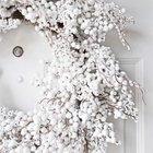 Потрясающий белый венок на белой входной двери.