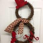 Рождественские венки из виноградной лозы в виде снеговика.  Шарф и красная шапочка дополняют образ.