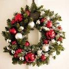 Рождественский венок из хвои и серебристых и красных шаров.