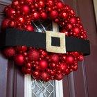 Рождественский венок из красных елочных шаров разного размера. (новый год,рождество,елка,подарки,декор,елочные игрушки,хвоя,гирлянды,конфети,сделай сам,самоделки)
