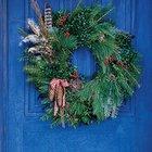 Рождественский венок из разных видов хвои, шишек и перьев.